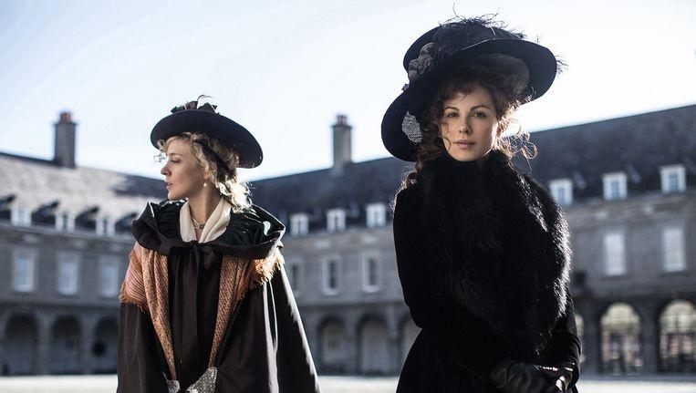 Kate Beckinsale (r.) als de manipulatieve Lady Susan en Chloë Sevigny (l.) als haar vertrouwens-persoon Alicia Johnson. Beeld Churchill Productions Limited