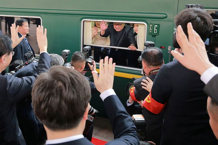 ► De Noord-Koreaanse leider Kim Jong-un bij zijn vertrek met de trein in een station in Peking. Beeld AFP