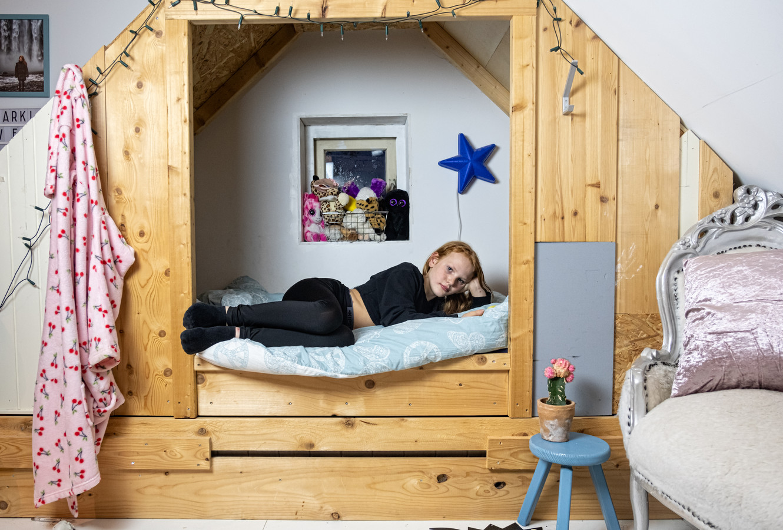 Emma op haar zolderkamer.