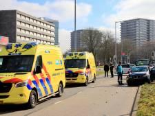Scooter geschept door auto in Utrecht: twee gewonden