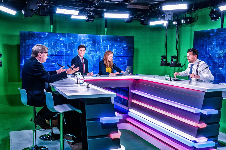De eerste gast in 'L'Invité' was gewezen premier en Europees parlementslid Guy Verhofstadt (Open Vld). Het decor voelt erg Amerikaans aan. Beeld Tim Dirven