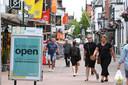 Winkelend publiek in de Steenstraat in Boxmeer.