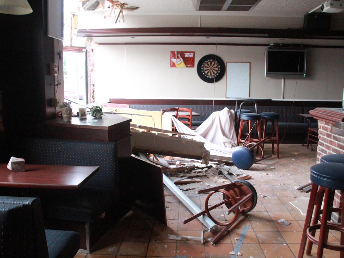 Het café moet door het coronavirus de deuren gesloten houden, en was dus leeg op het moment van het ongeluk.