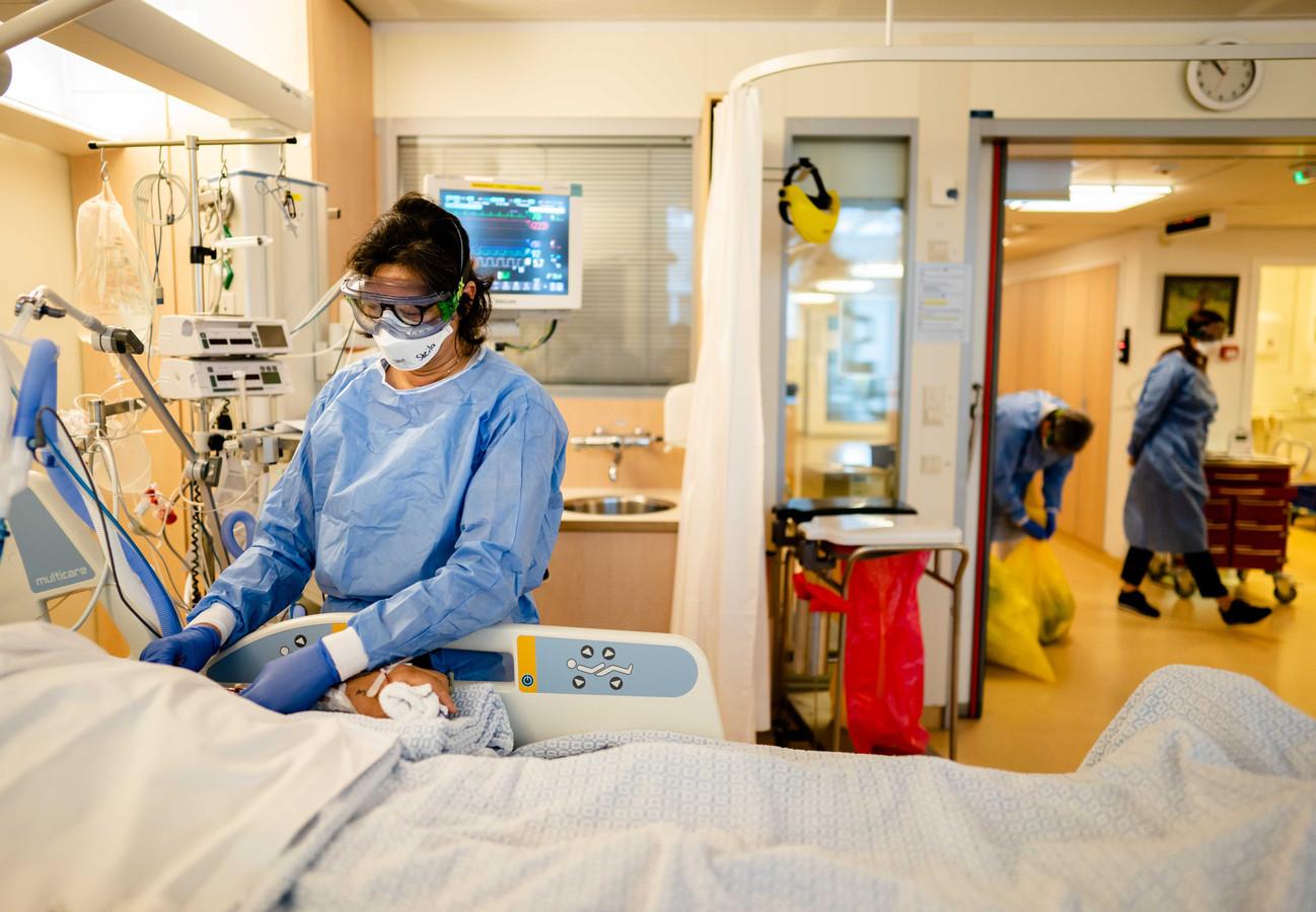 Medewerkers op de speciale Covid-IC afdeling in het Leids Universitair Medisch Centrum (LUMC)