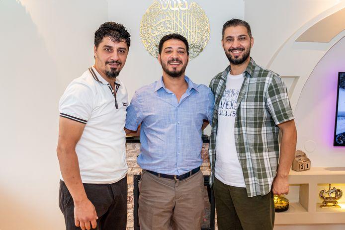 De Syrische broers Amjad (links), Mohammad en Adham Attalah in Stolwijk, precies een jaar na hun vorige interview in deze krant.