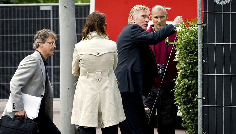Rechtbankvoorzitter Frits Lauwaars nam hoogstpersoonlijk de maten van de heg van de overburen. Foto ANP Beeld