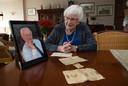 """Ab de Jong, zijn portret ingelijst op tafel, vroeg zijn echtgenote Gera de Jong-Verkerk op zijn sterfbed:  """"Wil je nooit vergeten wat ik mee heb gemaakt? Sluit je nooit aan bij een organisatie die de waarheid in pacht heeft."""""""