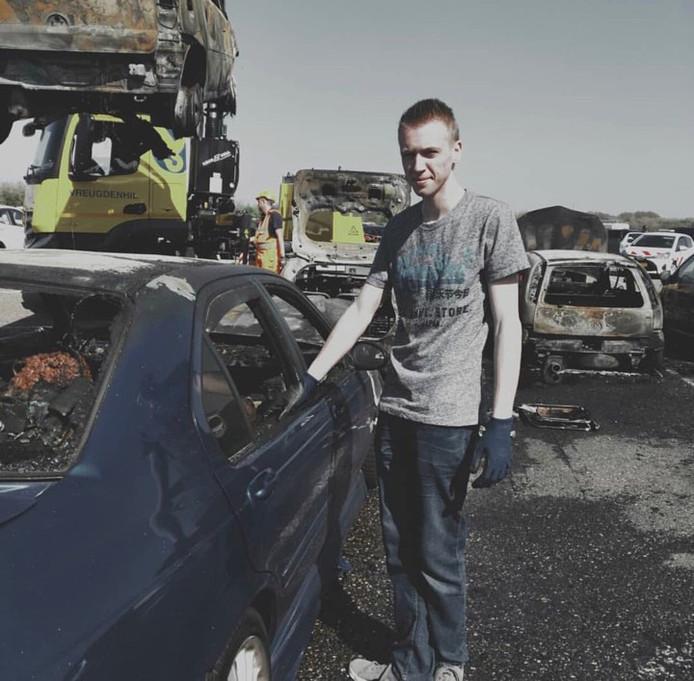Michael Bouwman (20) bij het autowrak.