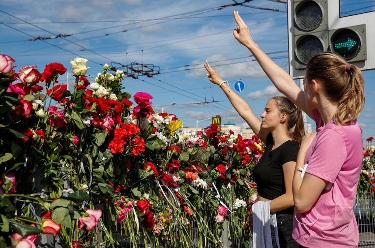 Tegenstanders van Loekasjenko protesten op de plaats waar een demonstrant om het leven is gekomen tijdens de protesten tegen de verkiezingsuitslag.  Beeld EPA