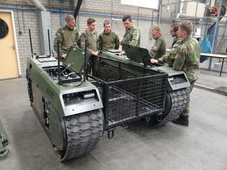 Nederlandse militairen krijgen uitleg over het besturen en onderhouden van de Milrem. Beeld Marno de Boer