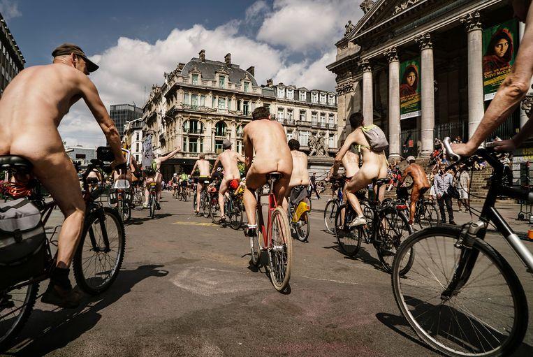 Twee weken geleden nog reden zo'n 200 fietsers tijdens Cyclonudista (half)naakt door de hoofdstad om aandacht te vragen voor de zwakke positie van fietsers in Brussel.  Beeld Eric de Mildt