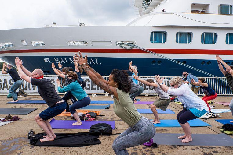 De manifestanten van 'Yogasnuivers tegen Cruiseschepen' zetten zich schrap voor hun protest op de wandelboulevard van het Antwerpse Zuiderterras.  Beeld Wouter Van Vooren