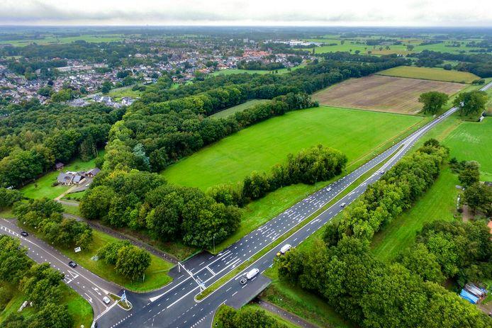 Op deze weilanden langs de N35 wil Trio Investment een zonnepark van 6,2 hectare ontwikkelen.
