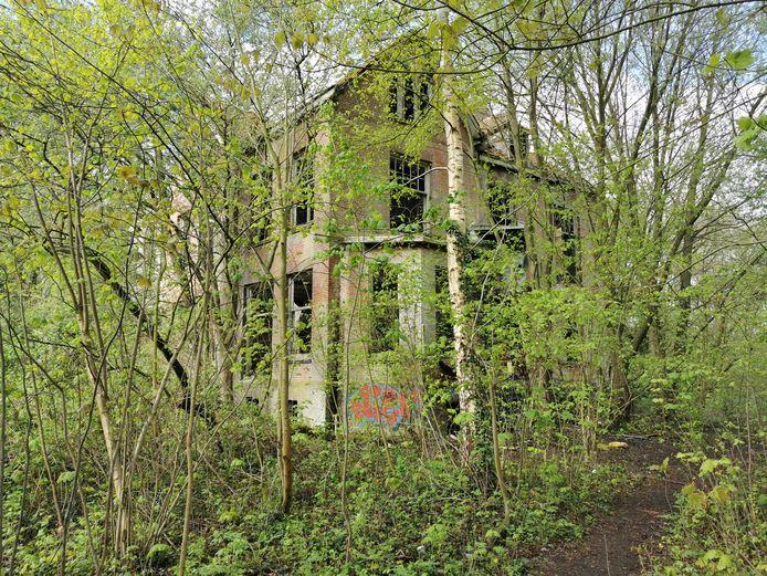 't Hoompje, de voormalige kostschool in Sint Anna ter Muiden verdwijnt achter het groen en is er slecht aan toe.