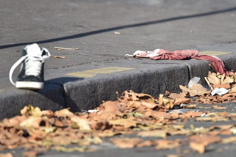 Een schoen en een shirt met bloedvlekken getuigen zaterdag van het geweld bij de Bataclan-concertzaal. Beeld epa