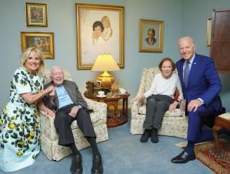 Wat is er aan de hand op deze bizarre foto van Joe en Jill Biden met ex-president Carter en zijn vrouw?
