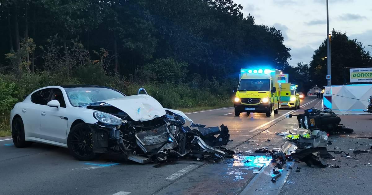 Nederlandse motoragent in levensgevaar na frontale botsing met Porsche.