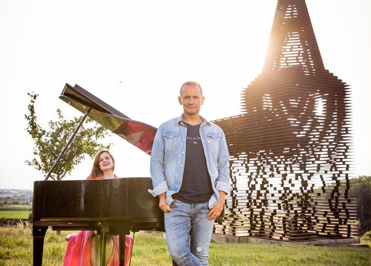 Karl Vannieuwkerke: 'Sinds ik genezen ben van kanker, is roepen en tieren er niet meer bij.' (Foto: met sopraan Astrid Stockman.) Beeld