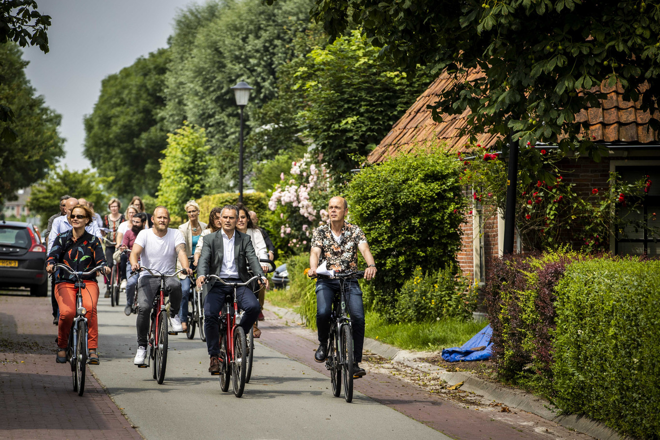 Voorzitter Tom van der Lee (m) te midden van de commissieleden van de parlementaire enquêtecommissie aardgaswinning Groningen.