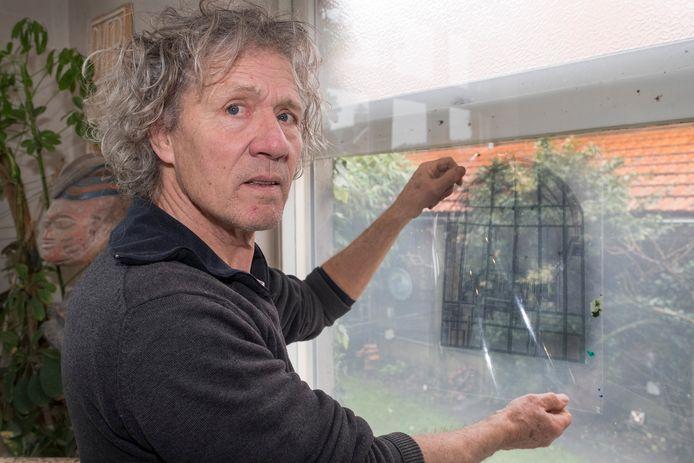 Kunstenaar Richard Smeets uit Heijen, met het ontwerp voor een nieuw glas-in-loodraam voor de Martinustoren in Gennep.