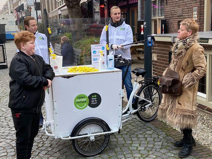 Met deze bakfiets trokken Jeffrey en Eelco erop uit in Zaltbommel om aandacht te vragen voor Rijden Zonder Invloed.