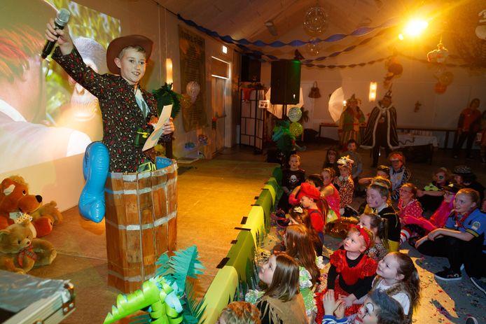 Kindermiddag in de Vossenburcht. Met spelletjes om het nieuwe jeugdgevolg te kiezen. Tijmen presenteert zich als tonprater. Archieffoto.