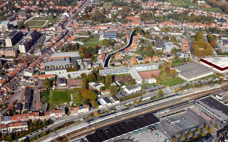 De schoolsite van het Gemeenschapsonderwijs, aan de achterkant van het station, is 33.330 vierkanter meter groot.