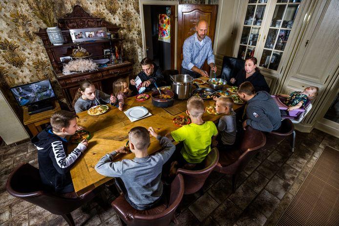 De familie Buddenbruck aan tafel. De zorg voor de negen thuiswonende kinderen komt voor 99 procent voor rekening van moeder Thaila. Het programma waarin zij een rol spelen, Een huis vol, maakt kans op de Gouden Televizier-Ring.