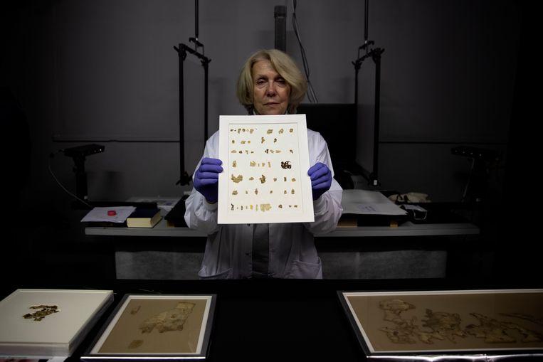 Conservator Tanya Bitler toont nieuw ontdekte fragmenten van Dode Zeerollen in een lab in Jerusalem.   Beeld AP
