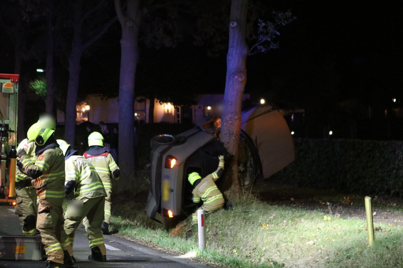 De auto eindigde verticaal tegen een boom in Nijkerk.