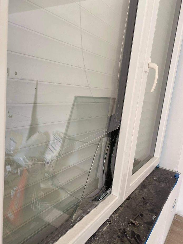De inbrekers zijn binnen geraakt langs een ingeslagen raam aan de zijgevel.