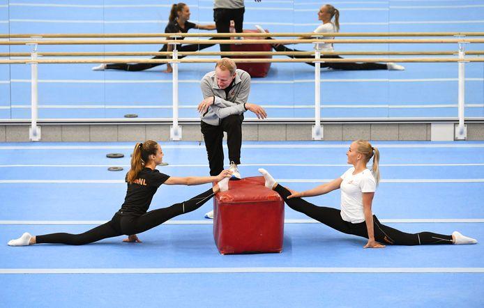 Vincent Wevers in gesprek met Naomi Visser (links) en Sanne Wevers (rechts) in de SportQube in Nijmegen.