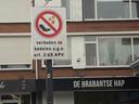 Bij het Bloemenoordplein staan borden met verboden te bedelen daarop. Ook in de rest van de gemeente geldt een bedelverbod.