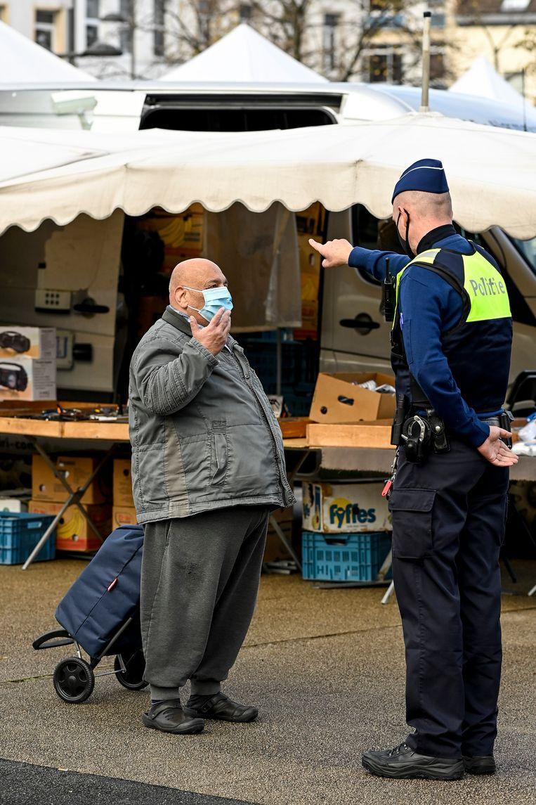 Politie op een markt in Antwerpen.  Beeld BELGA