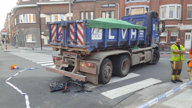 De vrachtwagen reed de fietser aan bij het rechtsaf slaan.