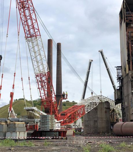 """Une passerelle industrielle chute dans la Sambre, une grue à terre: """"250 tonnes"""""""