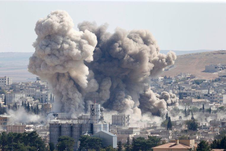 Vandaag waren grote rookwolken te zien boven Kobani na nieuwe luchtaanvallen tegen IS. Beeld REUTERS