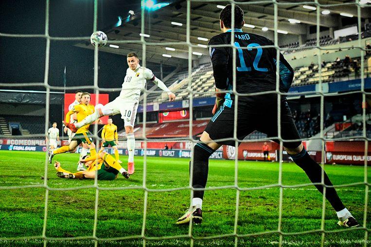 Bij de kopbalgoal van Hazard werkte de grasmat alvast wel mee: de Welshe verdediger gleed weg. Beeld BELGA
