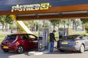 Een Fastned laadstation aan de A44 bij Oegstgeest. De exploitant bouwt aan een Europees netwerk waar alle elektrische auto's in gemiddeld 20 minuten kunnen opladen.
