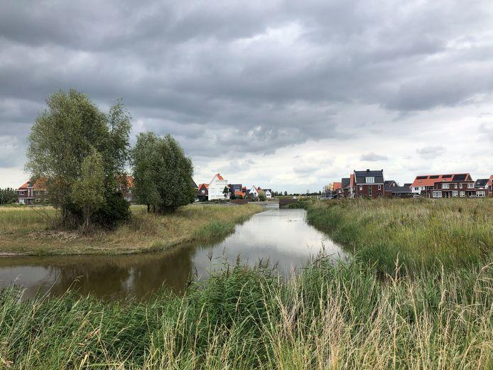 In de Mortiere in Middelburg komt nog een appartementencomplex op het Frank Zappaplein (links bij de bomen). Ook op het eilandje rechts van de watergang komen nog huizen. Bouwverkeer moet daarvoor langs de Nina Simonestraat, bij de huizen op de achtergrond.