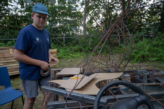 Daan Sleegers (12) bouwt alleen aan een wagen voor het bloemencorso in Valkenswaard.