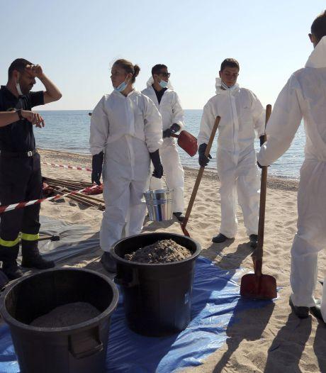 Opération nettoyage sur la côte corse et en mer après une pollution aux hydrocarbures