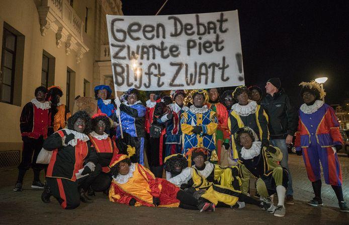 Woensdagavond protesteerden in Deventer ruim honderd mensen voor het behoud van Zwarte Piet.