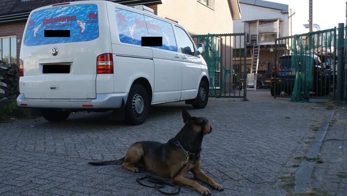 De politie zette onder meer een speurhond in bij de inval in de woning van K.