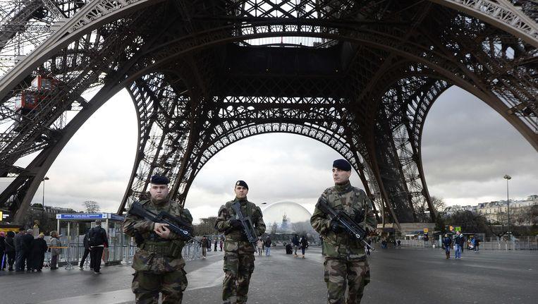 De drones werden onder meer waargenomen bij de Eiffeltoren. Beeld afp