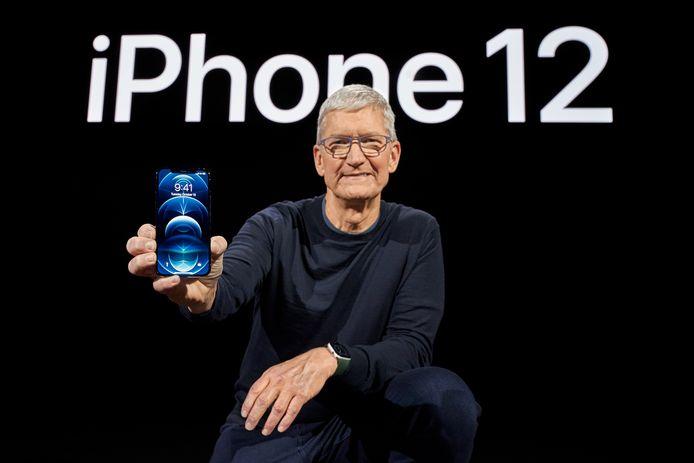 Tim Cook toont de nieuwe iPhone 12, die zonder oortjes en lader zal worden geleverd.