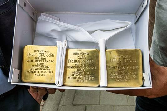De drie struikelstenen die sinds vandaag in de Trouwlaan liggen.