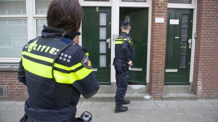 Politie houdt man met mes aan in Tilburg.