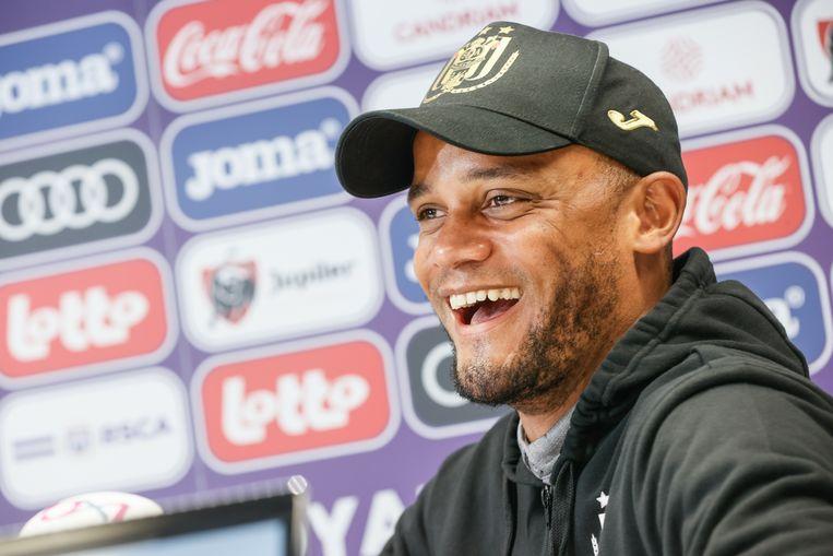 Vincent Kompany lacht op zijn perspraatje in Anderlecht. Beeld BELGA