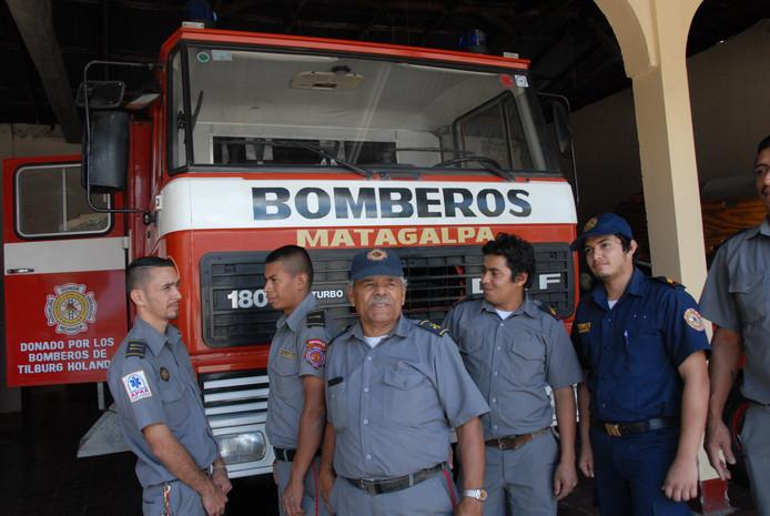 De plaatselijke brandweerlieden zijn tevreden over de robuuste DAF 1800 Turbo, die in een ver verleden in de straten van Tilburg en omgeving heeft gereden.